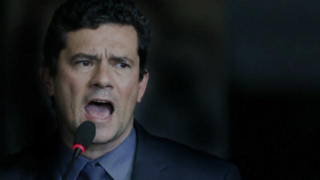 """Bolsonaro voltou a defender hoje seu ministro da Justiça, Sérgio Moro, afirmando que ele é 'homem símbolo e quer mudar o País' . Ex-procurador da Lava Jato , Carlos Fernando dos Santos Lima acredita que os ataques a autoridades da operação, após o  vazamento de conversas entre procuradores e Moro,sejam parte de """"uma campanha orquestrada"""", com """"objetivo claro de libertarLula"""" .  LEIA TAMBÉM - MARCELO RUBENS PAIVA:  Bots atacam Greenwald . E o deputado  David Miranda diz que ameaças não vão interferir em sua conduta ."""