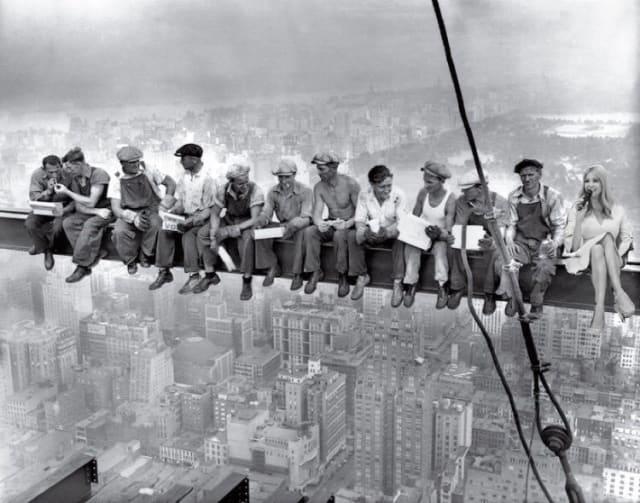 """En la foto """"Almuerzo sobre un rascacielos"""" (1932), de autoría anónima."""