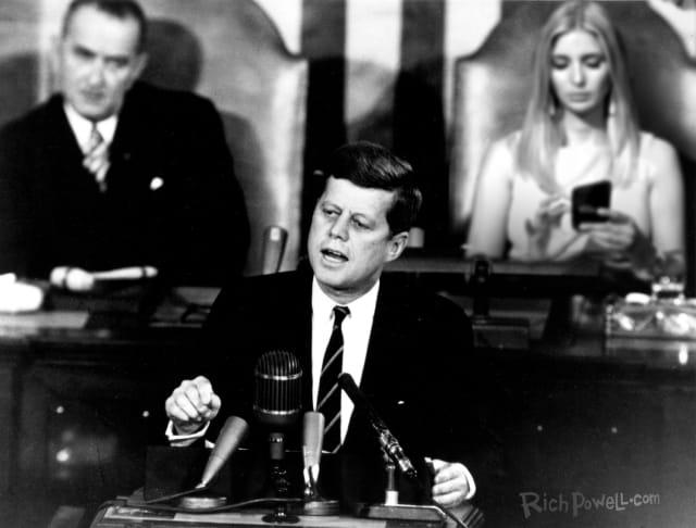 Atrás del Presidente John F Kennedy