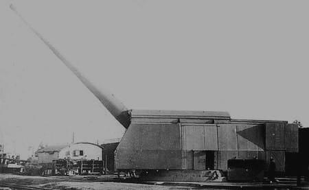 Um canhão de 460 mm que seria instalado nos navios de guerra do Projeto 23. Na foto, o canhão está em uma bancada de testes