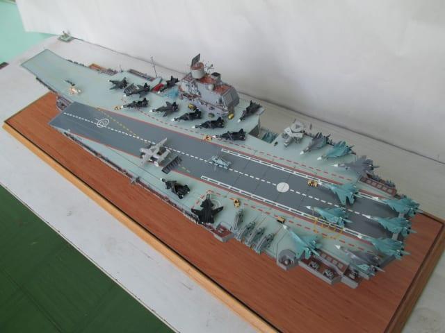 Um modelo em escala do porta-aviões nuclear Ulyanovsk