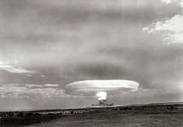 Δοκιμές πυρηνικών βόμβων κατά τη διάρκεια στρατιωτικών ασκήσεων στο πεδίο δοκιμών Τότσκοε το 1954