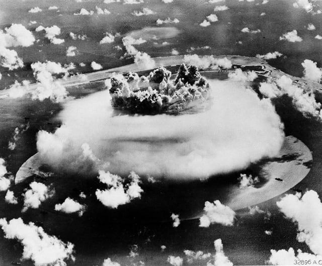 Δοκιμές πυρηνικών όπλων στο νησί Μπικίνι © AP Photo / Πολεμική Αεροπορία των ΗΠΑ