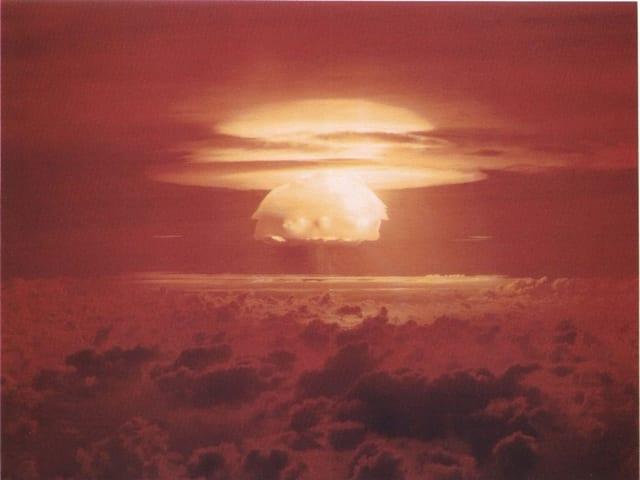 Σύννεφο που σχηματίστηκε μετά την έκρηξη τουΚάστρουΜπράβο στην ατόλη Μπικίνι.1 Μαρτίου 1954 ©Φωτογραφία:Public domain