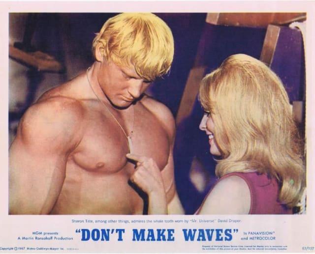 La comedia sexual de Tate, de 1967, coestelarizada por Tony Curtis y Claudia Cardinale, es conmemorada por un póster en la casa de Tate en Cielo Drive.