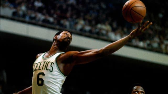 Uno de los mejores jugadores de todos los tiempos, pues ganó hasta 11 campeonatos con los Boston Celtics, ocho de ellos de forma consecutiva. Un adelantado a su época que dominó el juego con cinco premios MVP.
