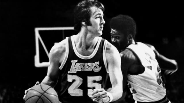 Uno de los mejores anotadores que han vestido la camiseta de Los Ángeles Lakers. Allí ganó el campeonato en 1972, el mismo año en el que lograron un récord de 33 años consecutivos.