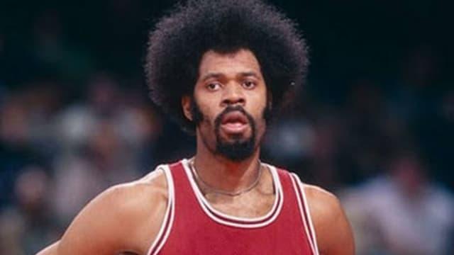 Sus 2,18 metros de altura le hacían poseedor de un físico poderoso con el que dominaba la zona. Mostró su mejor nivel en la ABA, ganando un título y siendo MVP, aunque en la NBA también dejó destellos de su clase.
