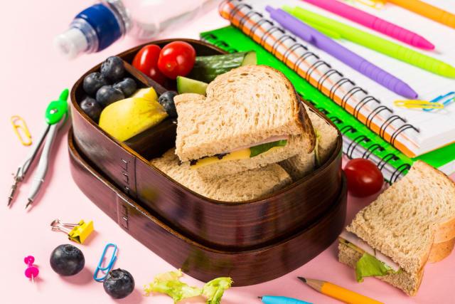 Los alimentos son otro gran oportunidad para empezar a eliminar los plásticos del día a día. Los contenedores y refractarios son ideales para llevar la comida, así como los frascos para rellenar el agua o los popotes de silicon. También puedes optar por bolsas de papel reciclado o cubiertos de bambú.