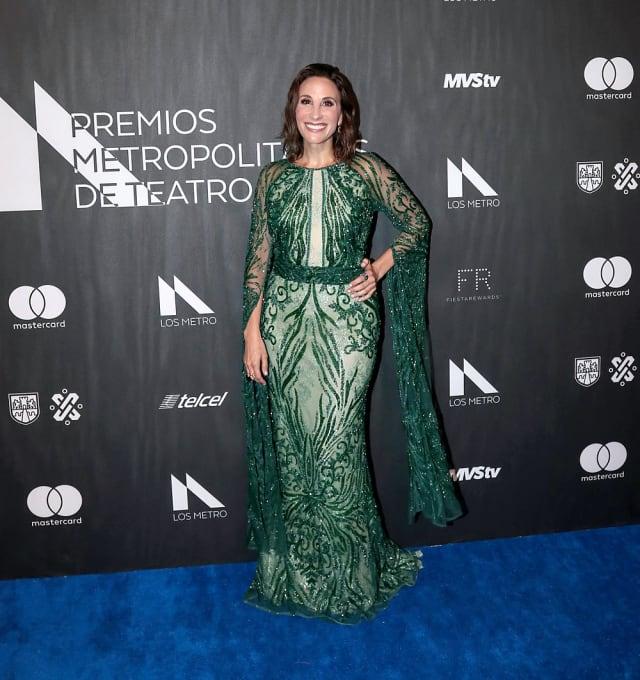La celebridad acudió a la premiación resaltando el color verde en su vestuario.