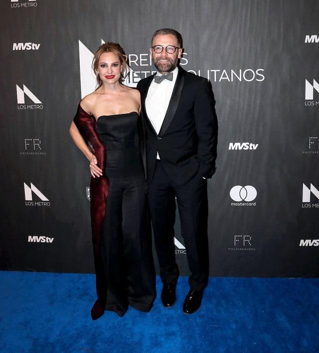 """La nominada al Óscar por """"Roma"""" posó, en su paso por la alfombra, del brazo del actor Juan Manuel Bernal."""