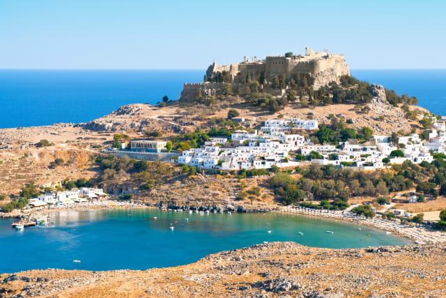 Ίσως η ωραιότερη γωνιά της Ρόδου (μετά την μεσαιωνική Παλιά της Πόλη) είναι η Λίνδος με τα ολόλευκα σπιτάκια της στην σκιά της αρχαίας Ακρόπολης, την οποία οι Ιωαννίτες μετέτρεψαν στο κάστρο που βλέπεις σήμερα.