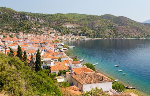 Ίσως το ομορφότερο από τα χωριά της Εύβοιας, η Λίμνη... δεν έχει λίμνη, έχει όμως θάλασσα, λευκά σπιτάκια με κατακόκκινες κεραμιδοσκεπές, μεγάλη παραλιακή περαντζάδα ιδανική για απογευματινά ουζάκια πλάι στο κύμα, και μια μικρή βοτσαλωτή παραλίαστην άκρη του χωριού.