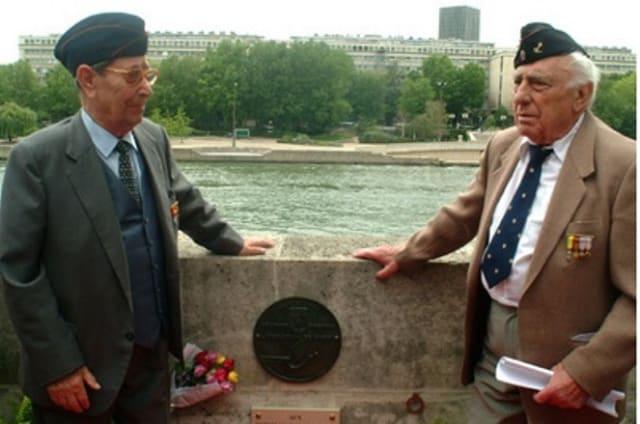 Manuel Fernández Arias y Luis Royo Ibáñez, junto a una placa en honor a la 9ª Compañía de la División Leclerc.
