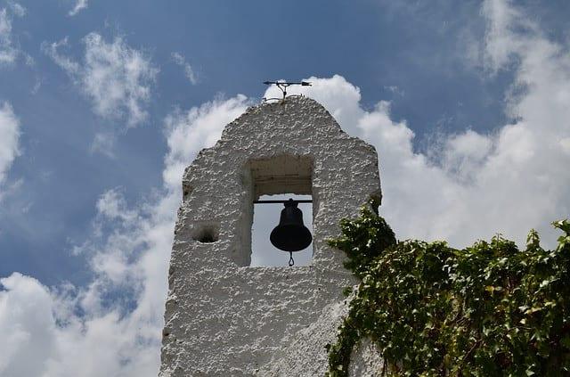 La historia cuenta que entre los años 1743 y 1827 sucedieron tres fuertes terremotos en Bogotá y mientras que la iglesia del cerro contiguo de Guadalupe se derribó las tres veces, el santuario de Monserrate permaneció intacto.