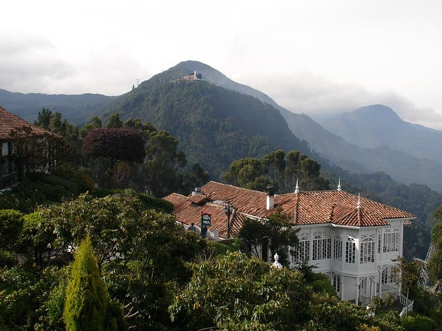 En el año 1924 se construyó la Casa Santa Clara, en lo que hoy se conoce como el barrio de Usaquén y años después en 1979 la casa fue trasladada al Cerro de Monserrate.