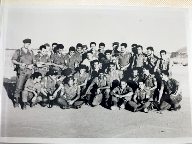 המוח שמאחורי הדברים. נחמיאס (בלבן, במרכז) לפני מבצע שרקרק (יושב ראשון מימין בשורה התחתונה - אהוד ברק)