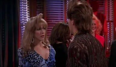 """Prvi put ju je sreo na tulumu u srednjoj gdje su se i poljubili, drugi put u baru tijekom jedne """"flashback"""" epizode s Monicom te u pilot epizodi kad se pojavila u kafiću u vjenčanici."""