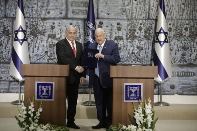 O presidente de Israel, Reuven Rivlin, escolheu nesta quarta-feira, 25, o nome do primeiro-ministro Binyamin Netanyahu  para permanecer no cargo após as eleições do dia 17 e tentar novamente formar governo no país. Após a segunda eleição do ano, o primeiro-ministro tem agora seis semanas para formar maioria no parlamento.