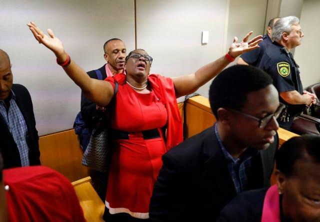 La madre de Botham Jean celebra la decisión de la jueza.
