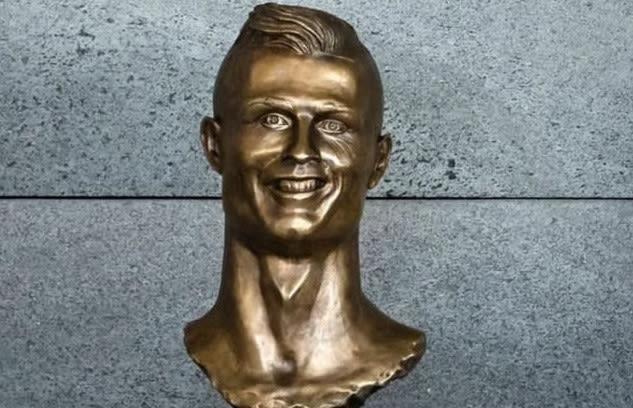 La estatua de Cristiano Ronaldo en el aeropuerto de Madeira, Portugal, despertó toda clase de burlas por su apariencia, muy distinta a la imagen del portugués; incluso se convirtió en un meme.