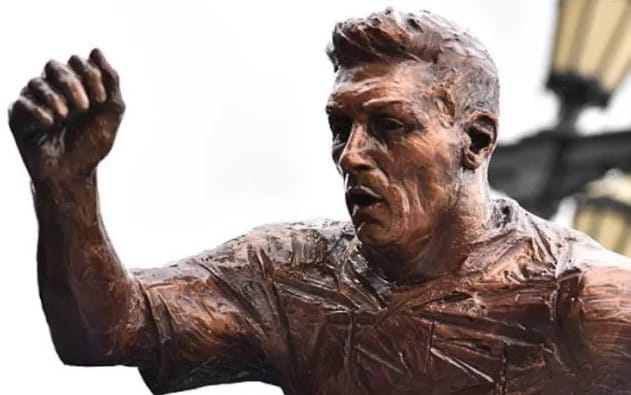 En Buenos Aires, unos vándalos destrozaron la estatua de Lionel Messi, aunque siendo sinceros poco se parece al astro del Barcelona.