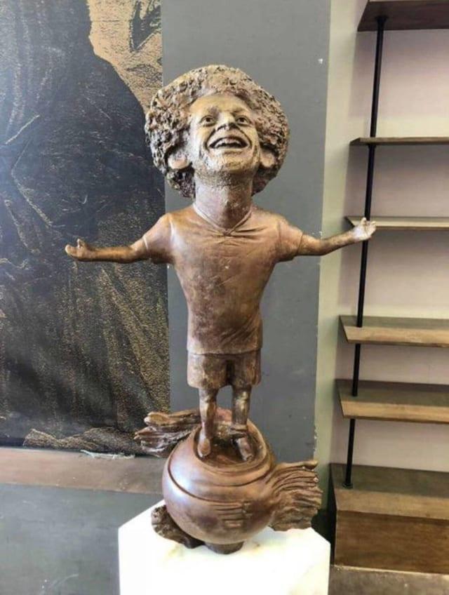 Bob Patiño, de Los Simpson, estaría encantado de tener esta estatua en su honor, lo que cuesta entender es que sea la del atacante egipcio del Liverpool, Mohamed Salah.