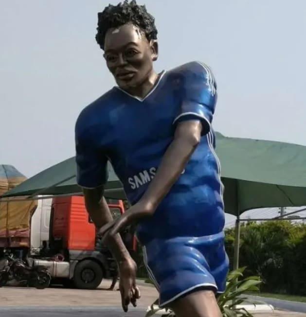 Fue revelada el 3 de enero y sin duda, fue uno de los horrores del 2018. En Ghana se hizo esta estatua para Michael Essien, sin embargo la imagen dejó mucho, pero mucho qué desear.
