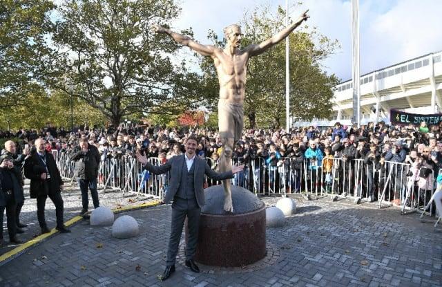 En Malmö, su ciudad natal, Zlatan Ibrahimovic reveló su estatua erigida por la Federación de Suecia como un homenaje a la carrera del atacante del Galaxy de Los Ángeles. La estatua es de bronce de casi 3 metros de alto y unos 500 kilogramos de peso, además de mostrar al jugador en su típico festejo alzando los brazos.