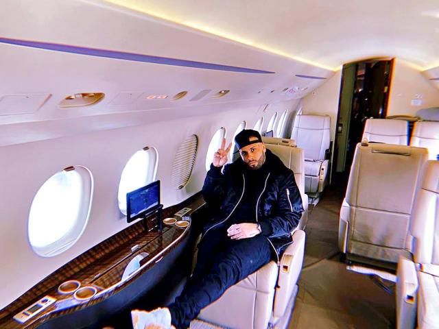 """Nick Rivera Caminero, conocido en el mercado como Nicky Jam, también se da vuelo con los traslados.Luego de su bioserie, que lanzó la plataforma Netflix y donde se mostró el pasado del reguetonero y su lucha con las drogas, el intérprete de """"Travesuras"""" parece haberse rehabilitado a tal grado que llegó a la cima del éxito, al menos eso podría deducirse desde que tiene su propio Gulfstream G400, para 12 pasajeros y dos pilotos."""