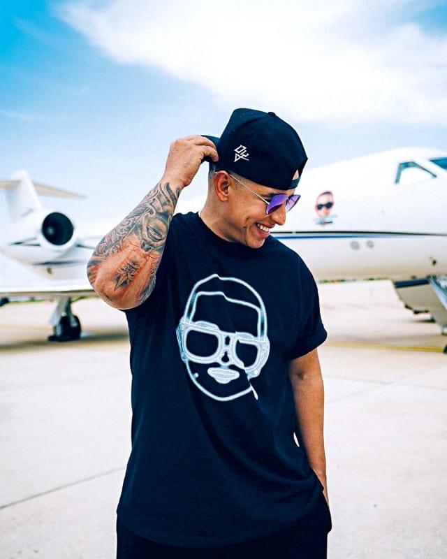 Quien comparte la misma elección que Jam es Daddy Yankee. Sus asientos se convierten en cama, tiene bocinas y pantallas donde puede disfrutar una y otra vez de sus éxitos... o los de algún otro artista.
