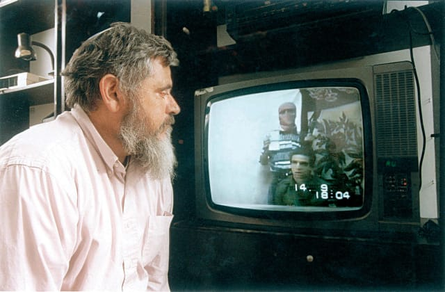 יהודה וקסמן צופה בקלטת החטיפה