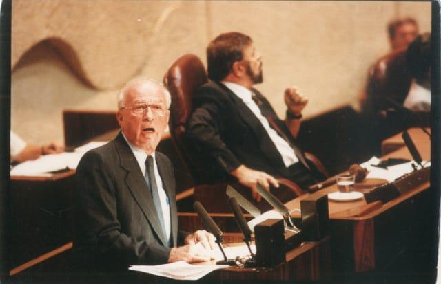 יצחק רבין נואם במליאת הכנסת לאחר כישלון חילוץ נחשון וקסמן