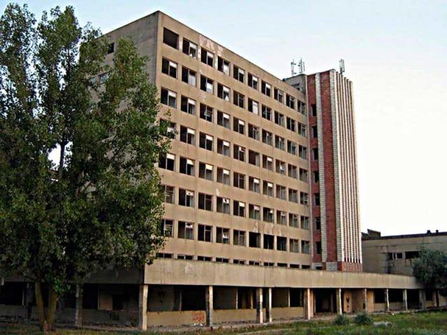 """Заброшенный завод «Эталон» был основан в 1978 году и в свое время занимался производством электронного оборудования для военно-промышленного комплекса СССР. На 14 гектарах раскинулисьосновной сборочный цех, цех гальваники, лакокрасочный цех, перегрузочный комплекс. Здесь в разные годы производились системы контроля """"Куст-4"""", стенды контроля микросхем и радиоприборов, электронные музыкальные инструменты, телефонные аппараты, котельное оборудование. Ликвидирован в 1997 году.В настоящий момент многоэтажное здание завода является любимой локацией страйкболистов, устраивающих на этажех свои """"войнушки""""."""