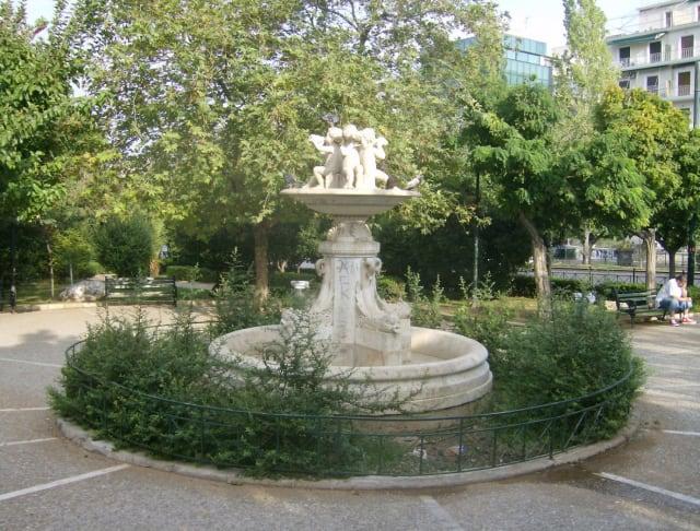 Την πιο πράσινη πλατεία της Αθήνας ίσως να μην την ξέρεις με το όνομά της: Είναι το παρκάκι Παναθήναια, στα μισά περίπου της λεωφόρου Αλεξάνδρας, στις παρυφές της Νεάπολης, με τις φουντωτές κουτσουπιές που την βάφουν φούξια κάθε Απρίλιο, το μαρμάρινο σιντριβάνι την ενδιαφέρουσα ιστορία του οποίου μπορείς να διαβάσεις  εδώ  και την προτομή του εθνικού ήρωα της χώρας που έδωσε στην πλατεία το όνομά της, Jose de San Martin.