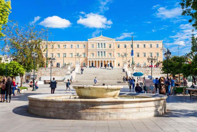 Η πλατεία των πλατειών, το σημείο μηδέν της πόλης, ο τόπος όπου γράφτηκε η μισή σύγχρονη αθηναϊκή Ιστορία. Αν χρειάζεσαι ένα φρεσκάρισμα μνήμης,  εδώ  έχουμε συγκεντρώσει τα βασικά που πρέπει να ξέρεις για τα κτίρια-ορόσημα και τις ιστορίες της.
