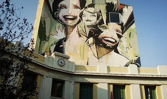 Η κεντρική πλατεία του Ψυρρή πέρασε από την απόλυτη κοσμοσυρροή στην απόλυτη εγκατάλειψη και από εκεί στο δυναμικό comeback. Είναι η πλατεία με ένα από τα ωραιότερα γκράφιτι στην Αθήνα, και επίσης αυτή που έχει συνδεθεί περισσότερο απ' όλες στο μυαλό μας με τη γλύκα των σιροπιαστών των  φημισμένων   σερμπετιών  της.