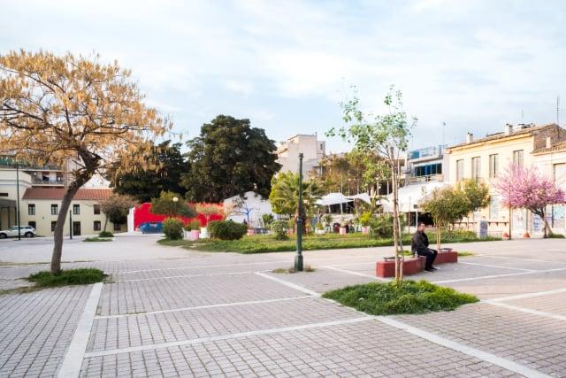 Η πλατεία του Μεταξουργείου που έδωσε το όνομά του σε ολόκληρη τη γειτονιά, με το ιστορικό κτίριο να στεγάζει σήμερα την  Πινακοθήκη του Δήμου Αθηναίων  και μερικά από τα καλύτερα μπαράκια της πόλης ( Μπλε Παπαγάλος ,  Saorsa ,  Κλωστήριο ) να απλώνουν τραπεζάκια στη σκιά των δέντρων της τα ηλιόλουστα μεσημέρια.