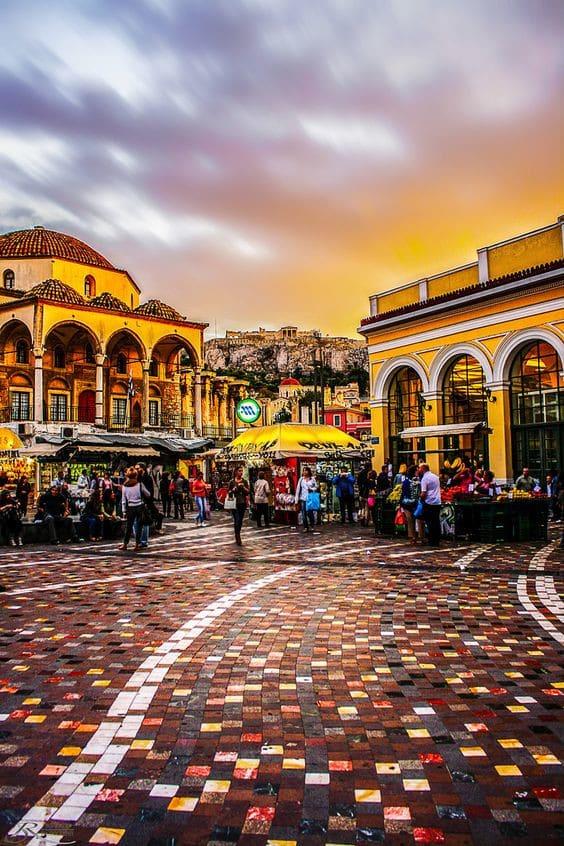 Δεν θέλουμε να υπονομεύσουμε την αντικειμενικότητά σου, αλλά αν μας ρωτάς, εμείς πιστεύουμε ότι αυτή είναι η ωραιότερη πλατεία της Αθήνας: Αυτή με την καλύτερη θέα στη φωτισμένη Ακρόπολη τα βράδια, αυτή με τα νερά του Ηριδανού να κυλούν υπόγεια στην άκρη της, αυτή με το πολύχρωμο ψηφιδωτό της, αυτή με το μοναστήρι στη μια γωνιά και το τζαμί στην άλλη. Τρεις χιλιάδες χρόνια αθηναϊκής Ιστορίας στριμωγμένα σε μια πλατεία.