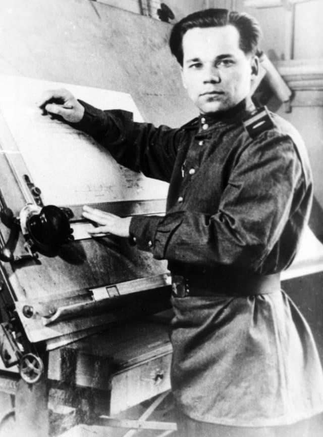El sargento primero Mijaíl Kaláshnikov trabaja sobre el diseño del fusil AK-47. Ganó el concurso estatal de la URSS en 1947.