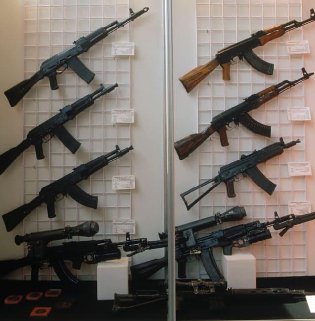 En la columna derecha se presentan los fusiles Kalashnikov clásicos (en orden descendiente): el AK-47, AKM, AKS-74U y AK-74MN. En la columna izquierda se exhiben las versiones modernas: el AK-10, AK-102, AK-104 y AK-103.