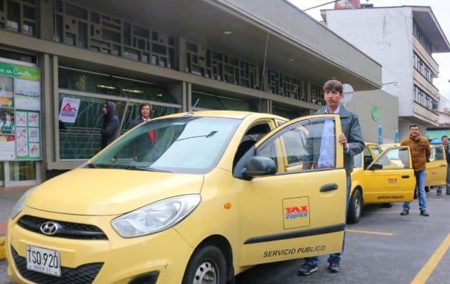 En los centros comerciales hay zonas amarillas habilitadas para tomar este servicio de manera segura y sin causar congestión vial.