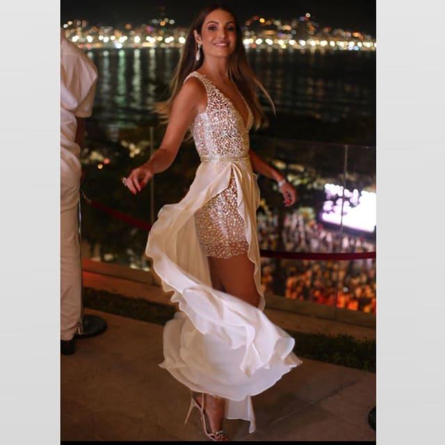 Patricia Poeta apostou na transparência e no brilho do vestido curto, com sobressaia aberta na lateral, O look é assinado por Isabella Narchi.