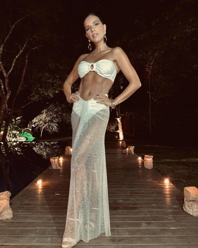 A transparência com brilho também foi a escolha de Mariana Rios, com saia drapeada na frente sobre hot pants e top, uma das tendências para o verão: saia e top.