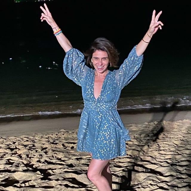 Nem só de branco vive o Réveillon. Giovanna Antonelli escolheu vestido azul, com mangas bufantes para pular as sete ondas. O modelo da Ateen traz a cor proposta pela Pantone, o Classic Blue. Gostou?