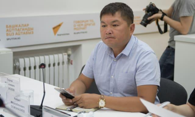 """В целях профилактики семейного насилия в Кыргызстане еще в 2003 году был принят закон """"О социально-правовой защите от насилия в семье"""". А в 2017 году вступил в действие обновленный закон """"Об охране и защите от семейного насилия"""". Тут основным механизмом защиты был определен так называемый охранный ордер — документ, предоставляющий государственную защиту пострадавшему, по которому к лицу, совершившему семейное насилие могут быть применены меры воздействия. То есть за неисполнение условий охранного ордера можно было назначить штраф, общественные работы или административный арест от 3 до 5 суток. И скажу, что административный арест являлся самым эффективным средством пресечения и профилактики семейного насилия. Он применялся в соответствии с действовавшим в то время Кодексом КР об административной ответственности (статья 66-4).После 1 января 2019 года такой меры воздействия как административный арест больше нет. Разработчики новых Кодексов отнесли семейное насилие, а также неисполнение условий временного охранного ордера к разряду проступков (статья 75 и 76 Кодекса КР о проступках). Но к сожалению ответственность в виде штрафа и общественных работ совсем не сдерживает нынешних дебоширов и рукоприкладчиков от повторения своих преступлений. Тем более тот факт, что судимости за эти проступки нет, просто развязывает им руки. При этом сегодня перспективы доведения дела о семейном насилии до суда ничтожны.Органы внутренних дел, на которых легло основное бремя противодействия по профилактике насилия в семье, на сегодня не имеют эффективных механизмов по его пресечению, так как милиционер элементарно не может арестовать насильника.Новая система уголовного судопроизводства также в основном разработана так, чтобы больше защищать интересы преступников, а не потерпевших.Должен отметить, что под лозунгами гуманизации разработчики новых Кодексов лишили правоохранительные органы многих рычагов и полномочий по эффективному выявлению, пресечению, раскрытию и расследованию преступлений,"""