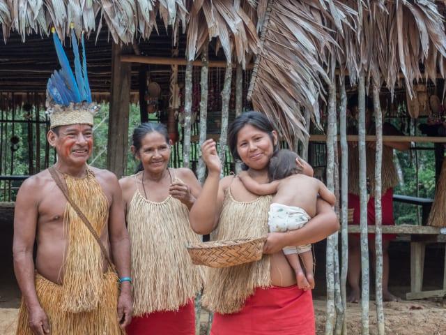 """Francisco lamenta que los pobres no son escuchados sobre el futuro de la Amazonia. Ante tal injusticia, el Pontífice pide """"indignarse y pedir perdón"""" (15-19). Para Francisco son necesarias """"redes de solidaridad y desarrollo"""" y llama al compromiso de todos, incluyendo a los líderes políticos. A partir de aquí, el Papa se detiene en el tema del """"sentido comunitario"""" (20-22). Recuerda que para los pueblos amazónicos las relaciones humanas """"están impregnadas por la naturaleza circundante"""". Por esta razón, escribe, viven como un verdadero """"desarraigo"""" cuando son """"obligados a emigrar a la ciudad"""". La última parte del primer capítulo está dedicada a las """"Instituciones dañadas"""" (23-25) y al """"Diálogo social"""" (26-27). El Papa denuncia el mal de la corrupción que envenena al Estado y sus instituciones. Y espera que la Amazonia se convierta en """"un lugar de diálogo social"""", en primer lugar, """"con los últimos""""."""