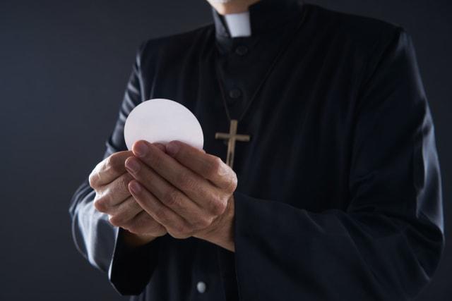 """El Papa sueña que los sacramentos sean accesibles a todos, especialmente a los pobres. La Exhortación indica entonces los """"puntos de partida para una santidad amazónica"""" (77-80) que no deben copiar """"modelos de otros lugares"""". Destaca que """"es posible recoger de alguna manera un símbolo indígena sin calificarlo necesariamente de idolatría"""". Se puede valorar, añade, un mito """"cargado de sentido espiritual"""" sin considerarlo necesariamente """"un error pagano"""". Lo mismo se aplica a algunas fiestas religiosas que, aunque requieren un """"proceso de purificación"""", """"contienen un significado sagrado"""". De esta manera, la inculturación de la liturgia (81-84) es importante en el documento. El Pontífice constata que el Concilio Vaticano II había pedido un esfuerzo de """"inculturación de la liturgia en los pueblos indígenas"""". También recuerda, en una nota al texto, que en el Sínodo """"surgió la propuesta de elaborar un rito amazo ́nic o"""". Los sacramentos, exhorta, """"deben ser accesibles, sobre todo para los pobres"""". La Iglesia, enfatiza recordando a Amoris l aetitia , no puede convertirse en una """"aduana""""."""