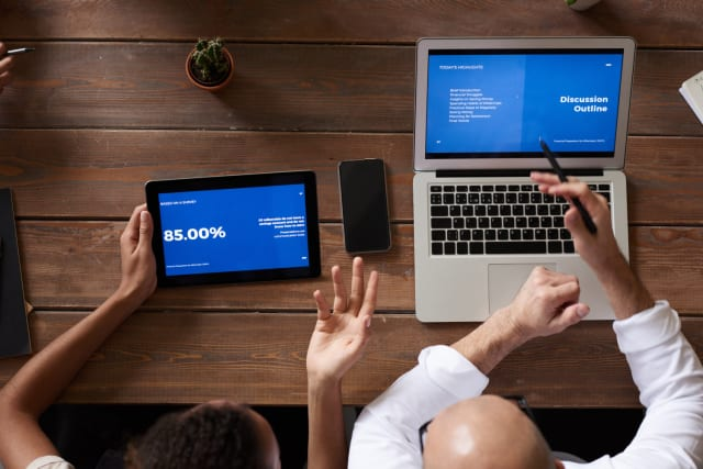 Επόμενο βήμα – δεδομένου ότι έχετε υπολογιστή σπίτι (desktop ή laptop) είναι να πάρετε όλα τα αρχεία που χρειάζεστε σε έναν σκληρό δίσκο ή στικάκι (ανάλογα τον όγκο).Υπάρχει οδηγία από την εταιρεία στην οποία δουλεύετε να μην παίρνετε μαζί σας ευαίσθητα προσωπικά δεδομένα ή δεδομένα; Συνεννοηθείτε να εγκαταστήσετε στους υπολογιστές σας προγράμματα όπως το teamviewer. Σας επιτρέπουν να έχετε πρόσβαση στον υπολογιστή σας από απόσταση.