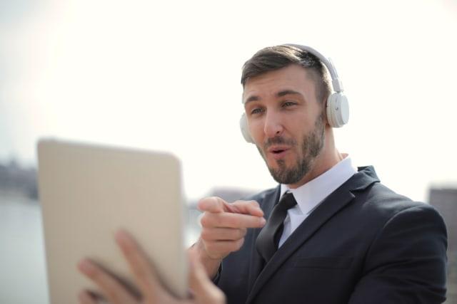 H δουλειά σας απαιτεί ομαδική εργασία; Μπορείτε να χρησιμοποιήσετε μερικές από τις πιο διαδεδομένες πλατφόρμες επικοινωνίας εξ αποστάσεως όπως το slack, το zoom και το skype. Σας επιτρέπουν είτε με εικόνα είτε γραπτά να επικοινωνείτε με τους συναδέλφους σας και να ανταλλάσσετε αρχεία.